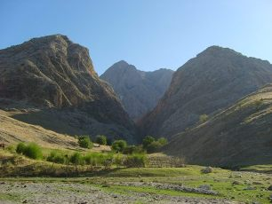 hiking trekking active tours to Nurekata canyons in Uzbekistan mountains